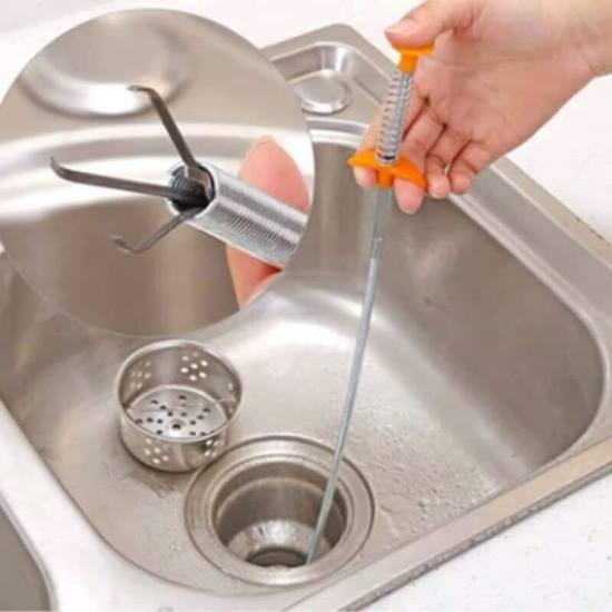 Thông ống thoát nước bị tắc bằng dụng cụ chuyên dụng