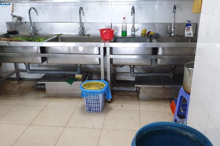 Thông ống thoát nước bị tắc bằng máy tách mỡ bồn rửa